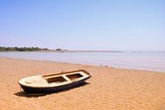 Vecchia barca sulla spiaggia sabbiosa Immagine Stock Libera da Diritti