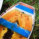 Vecchia barca tagliata immagini stock