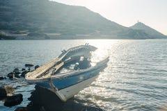 Vecchia barca tagliata nel mare Fotografia Stock