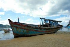 Vecchia barca tagliata sulla costa Immagine Stock