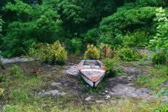 vecchia barca in uno stagno abbandonato Immagine Stock