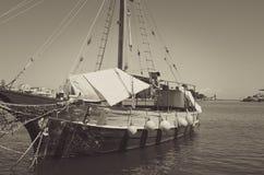 Vecchia barca a vela ancora nel porto Fotografia Stock