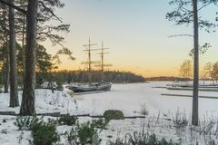 Vecchia barca a vela attaccata nel ghiaccio fotografie stock