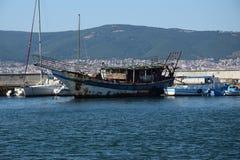 Vecchia barca vicino alla vecchia città Nessebar Immagine Stock