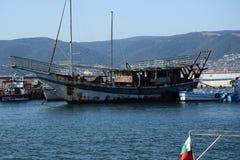 Vecchia barca vicino alla vecchia città Nessebar Immagini Stock