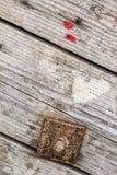Vecchia barriera incrinata stagionata di Pinewood di rinforzo con la rondella corrosa della vite, del dado esagonale e del quadra Immagine Stock Libera da Diritti