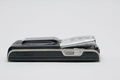 Vecchia batteria di meteorismo per il cellulare su un fondo bianco Fotografie Stock