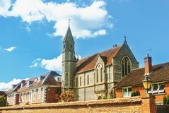 Vecchia bella chiesa britannica di pietra medievale d'annata con il ro delle mattonelle fotografia stock