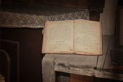 Vecchia bibbia aperta immagine stock