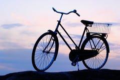 Vecchia bici contro il cielo di sera Fotografia Stock Libera da Diritti