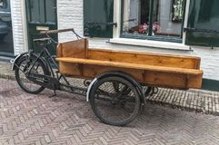 Vecchia bici di legno olandese del carico fotografia stock libera da diritti