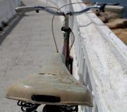 Vecchia bici vicino alla barca in acqua Immagini Stock Libere da Diritti