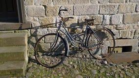 Vecchia bicicletta arrugginita guastata Fotografia Stock