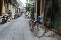 Vecchia bicicletta arrugginita sulla via a Hanoi Fotografia Stock Libera da Diritti