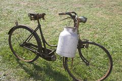 Vecchia bicicletta con il recipiente di alluminio del latte per portare latte Immagine Stock Libera da Diritti