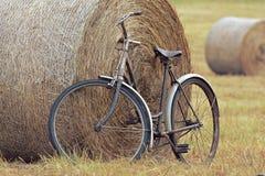 Vecchia bicicletta con la balla di fieno con retro effetto fotografie stock libere da diritti