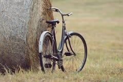 Vecchia bicicletta con la balla di fieno con retro effetto immagine stock libera da diritti