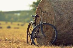 Vecchia bicicletta con la balla di fieno con retro effetto immagini stock