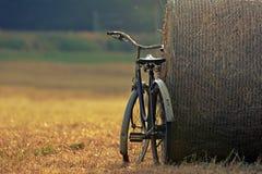 Vecchia bicicletta con la balla di fieno con retro effetto Fotografia Stock