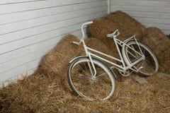 Vecchia bicicletta con la balla di fieno con retro effetto fotografia stock libera da diritti