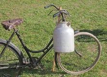 Vecchia bicicletta con la scatola metallica di alluminio del latte Fotografia Stock