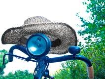 Vecchia bicicletta con una capanna di estate Immagini Stock