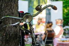 Vecchia bicicletta contro pranzare scena nel retro stile Fotografie Stock Libere da Diritti