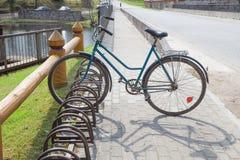 Vecchia bicicletta d'annata dell'URSS retro alla molla Foto di viaggio Fotografia Stock