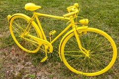 Vecchia bicicletta gialla in un campo Immagine Stock