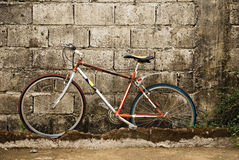 Vecchia bicicletta su una parete Immagini Stock Libere da Diritti