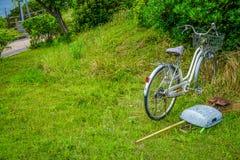 Vecchia bicicletta in un campo Immagine Stock Libera da Diritti