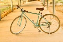 Vecchia bicicletta verde d'annata Fotografia Stock