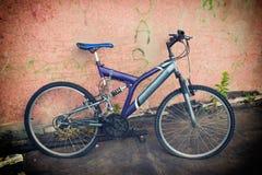 Vecchia bicicletta viola fotografia stock libera da diritti