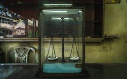 Vecchia bilancia in un vetro immagine stock libera da diritti