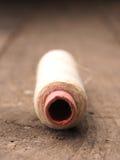 Vecchia bobina del filato su legno Immagine Stock