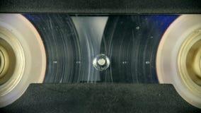Vecchia bobina dell'audio cassetta che gioca primo piano Digiuna il rewind stock footage