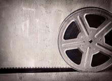 Vecchia bobina di film su fondo concreto grigio Fotografie Stock Libere da Diritti