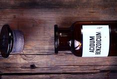 Vecchia bottiglia chimica con l'etichetta immagine stock