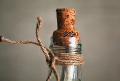 Vecchia bottiglia con sughero e la nota dentro Immagini Stock