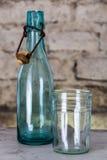 Vecchia bottiglia e un vetro Fotografia Stock Libera da Diritti