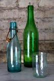 Vecchia bottiglia e un vetro Immagini Stock Libere da Diritti