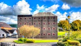Vecchia Bushmills distilleria del whiskey di HDR in Irlanda immagine stock libera da diritti