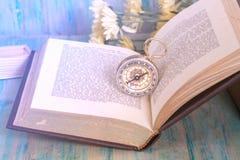 Vecchia bussola sul vecchio libro aperto Fotografia Stock
