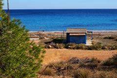 Vecchia cabina blu sulla spiaggia in Santa Pola fotografie stock libere da diritti