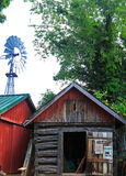 Vecchia cabina con il mulino a vento Immagini Stock