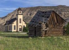 Vecchia cabina del colono e di Emery Meeting House fotografia stock libera da diritti