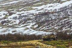 Vecchia cabina del legname nelle montagne Immagini Stock Libere da Diritti