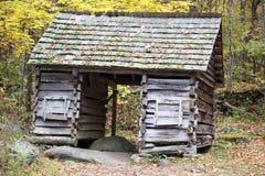 Vecchia cabina della registrazione in foresta immagini stock libere da diritti