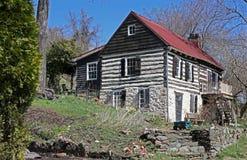 Vecchia cabina di ceppo con il tetto rosso Immagine Stock