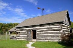 Vecchia cabina di ceppo con la banderuola Fotografie Stock Libere da Diritti